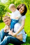 familj som leker utomhus Royaltyfri Bild