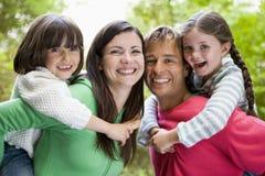 familj som ler utomhus royaltyfria foton