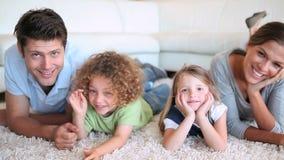 Familj som ligger på framdel arkivfilmer