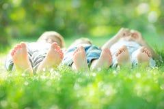 Familj som ligger på grönt gräs Royaltyfri Foto