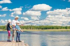 Familj som på helgerna fiskar Arkivfoton