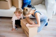 Familj som packar upp askar Arkivfoto