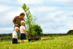Familj som planterar trädet Royaltyfri Fotografi