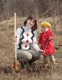 familj som planterar treen Fotografering för Bildbyråer