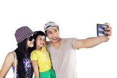 Familj som poserar för att ta bilden Arkivbild