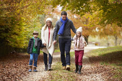 Familj som promenerar Autumn Path Arkivbild