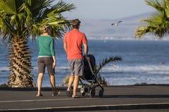 Familj som promenerar strandframdelen Royaltyfri Foto