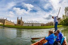 Familj som punting i Cambridge Arkivbilder