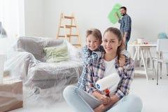 Familj som renoverar deras nya lägenhet fotografering för bildbyråer