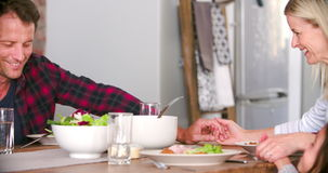 Familj som säger bönen, innan att äta mål i kök tillsammans stock video