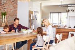Familj som säger nåd för matställe royaltyfri fotografi