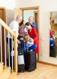 Familj som ser av släktingarna Fotografering för Bildbyråer