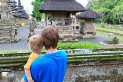 Familj som ser Bali tempel Royaltyfri Foto