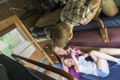Familj som sitter i drevrum royaltyfria bilder