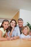 Familj som sitter på tabellen arkivbild