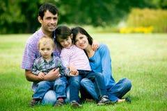familj som sitter utomhus Royaltyfri Bild