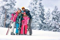 Familj som skidar tillsammans på berget Royaltyfri Fotografi