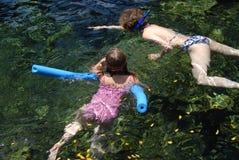 familj som snorkeling Arkivfoto