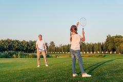 Familj som spelar badminton Royaltyfria Foton
