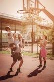 Familj som spelar basket Royaltyfri Foto
