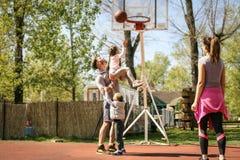 Familj som spelar basket Royaltyfri Bild