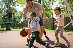 Familj som spelar basket Arkivbilder