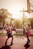 Familj som spelar basket Fotografering för Bildbyråer