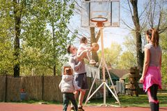 Familj som spelar basket Arkivfoto