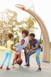 Familj som spelar basket tillsammans Fotografering för Bildbyråer