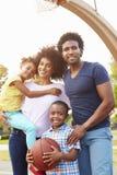 Familj som spelar basket tillsammans Arkivbilder