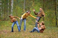 Familj som spelar kurragömma Arkivbilder