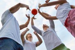 Familj som spelar med bollen tillsammans Arkivfoto