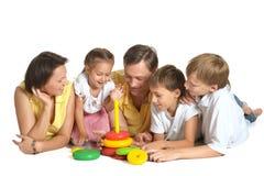 Familj som spelar med leksaken Arkivbilder