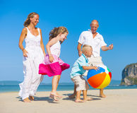 Familj som spelar på stranden Royaltyfri Fotografi