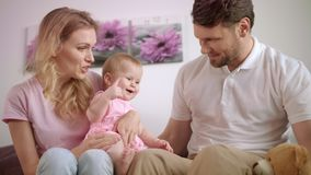 Familj som spelar samman med leksakbjörn behandla som ett barn fadermodern arkivfilmer