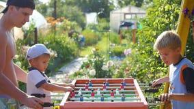 Familj som spelar tabellfotboll utomhus Roligt utomhus Royaltyfri Fotografi