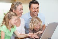 Familj som surfar rengöringsduken Arkivfoton