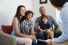 Familj som talar med lägerledaren royaltyfri bild