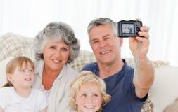 Familj som tar ett foto av dem Arkivfoton