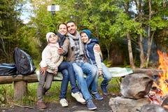 Familj som tar fotoet vid selfiepinnen på lägret arkivfoto