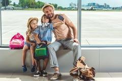 Familj som tar selfie i flygplats royaltyfri fotografi