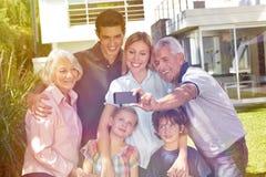 Familj som tar selfie med smartphonen i trädgård Royaltyfri Fotografi