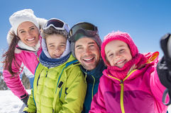 Familj som tar vinterselfie royaltyfria bilder
