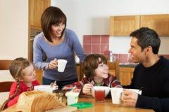 Familj som tillsammans äter frukosten arkivfoton