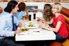 Familj som tillsammans äter i hotell royaltyfria bilder