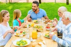 Familj som tillsammans äter middag royaltyfria foton