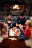 Familj som tillsammans äter pizza, över huvudet sikt arkivfoto