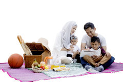 Familj som tillsammans har picknick, och bruksminnestavla Royaltyfri Foto