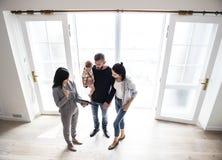 Familj som tillsammans köper det nya huset arkivfoto
