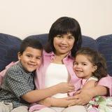 familj som tillsammans kramar royaltyfri fotografi